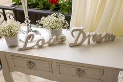 Liebes- und Traumholzschilder auf einer weißen Tabelle Stockfoto