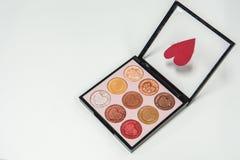 Liebes- und Valentinsgrußkonzept - lokalisierte nette Lidschattenpalette für Frauenkosmetik Stockfotografie