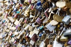 Liebes-Verschlüsse in Paris, Frankreich Stockfoto