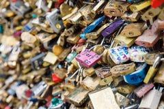 Liebes-Verschlüsse in Paris, Frankreich Stockbild