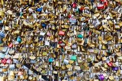 Liebes-Verschlüsse in Paris, Frankreich Stockfotografie