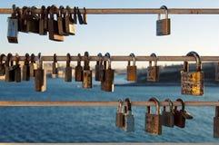 Liebes-Vorhängeschlösser dringen die Welt ein Lizenzfreie Stockbilder