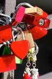 Liebes-Vorhängeschlösser an einer Brücke lizenzfreie stockfotografie