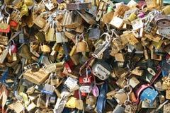 Liebes-Vorhängeschlösser in Paris Lizenzfreie Stockfotografie