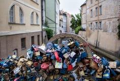 Liebes-Vorhängeschlösser in Prag stockfoto