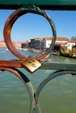Liebes-Vorhängeschloß in Venedig lizenzfreie stockfotografie
