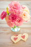 Liebes-Weinlese-Hintergrund - schöne Blumen und zwei handgemachtes Hea Lizenzfreies Stockfoto