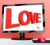 Liebes-Wort auf dem Bildschirm, der Onlinedatierung zeigt Stockbilder