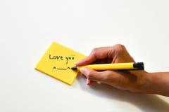Liebesanmerkung über das gelbe Papier Stockbild