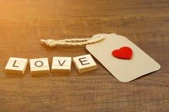 Liebesbenennung mit rotem Herzzeichen und Papieraufkleber Lizenzfreie Stockbilder