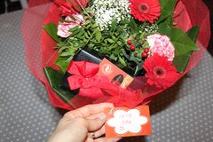 Liebesblumenstrauß blüht die angenehmen Süßigkeitsbonbons Stockfoto