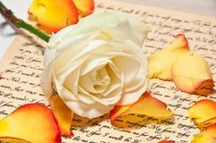 Liebesbrief mit einer Rose Lizenzfreies Stockbild