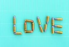 Liebesbriefe durch 9 Millimeter-Kugeln auf grünem Weinlesehintergrund Stockfotos