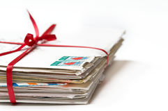 Liebesbriefe gebunden mit einem roten Farbband Lizenzfreies Stockfoto