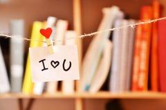 Liebeserklärung, die an der Wäscheklammer hängt Stockbilder