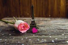 Liebeserklärung, die Rose mit einem Ring stockfotografie