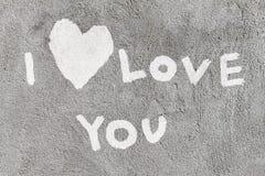 Liebeserklärung mit dem Herzen geschrieben auf die Wand Stockbild