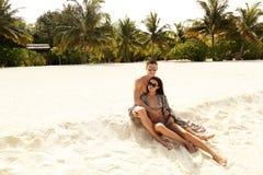 Liebesgeschichtefoto von den schönen Paaren, die in Malediven islan sich entspannen Lizenzfreies Stockfoto