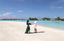 Liebesgeschichtefoto von den schönen Paaren, die in Malediven islan sich entspannen Stockfotos
