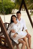 Liebesgeschichtefoto von den schönen Paaren, die in Malediven islan sich entspannen Lizenzfreie Stockfotos