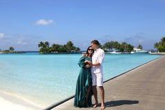 Liebesgeschichtefoto von den schönen Paaren, die in Malediven islan sich entspannen Stockbilder