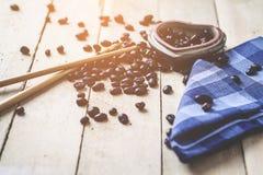 LiebesgeschichteKaffeebohnen morgens auf hölzernem Hintergrund stockfoto