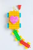 Liebesherz, das auf Blockspielzeug kocht Lizenzfreie Stockbilder