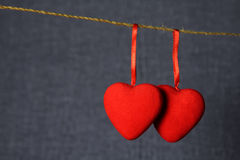Liebesherzen auf einem Seil Lizenzfreie Stockfotos