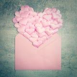 Liebeshintergrund - mildern Sie rosa Herzen und Umschlag, Valentinsgrüße d Stockfotos