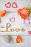 Liebeshintergrund - stiegen und Nelken Lizenzfreie Stockbilder