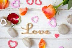 Liebeshintergrund - stiegen und Nelken Stockfoto
