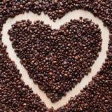 Liebeskaffeerahmen gemacht von den Kaffeebohnen lizenzfreie stockfotografie