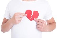 Liebeskonzept - bemannen Sie das Halten von zwei halfs defektem Herzen Stockfoto