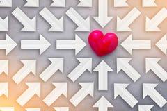Liebeskonzept mit Papierpfeilen finden, zeigen Sie auf roten Herzgegenstand stock abbildung