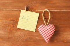 Liebeskonzept mit rotem Herzen Lizenzfreie Stockbilder