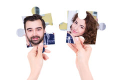 Liebeskonzept - zwei verwirren Stücke mit Mann- und Frauenporträts herein Lizenzfreie Stockfotos