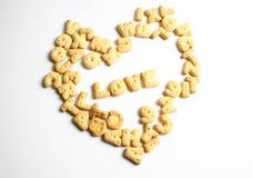 Liebeskunst unter Verwendung der Kekse eines Alphabetes Stockbild