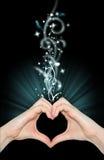 Liebesmagie, Hände der Innerform Stockfotografie