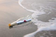 Liebesmeldung in der Flasche Lizenzfreies Stockfoto