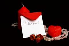 Liebesmeldung mit roten Kerzen lizenzfreie stockfotos