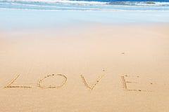 Liebesmitteilung auf Sand Lizenzfreie Stockbilder