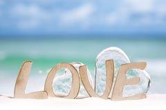 Liebesmitteilungs- und -glasherzen auf Strand Stockbild