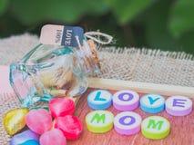 Liebesmutter buchstabiert mit bunten Alphabetblöcken Stockfoto