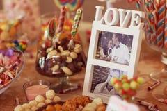 Liebespaare bunte Hochzeits-Süßigkeit Stockbilder