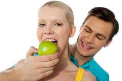 Liebespaare. Freundin, die einen Apfel isst stockbilder