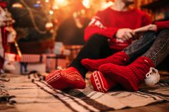 Liebespaare glücklich zusammen, Weihnachtsfeiertage stockbilder