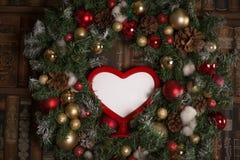 Liebesrahmen im Weihnachtskranz Stockfotografie