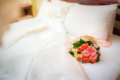 Liebesschwäne und rosafarbene Dekoration im Hotel Lizenzfreies Stockbild