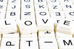 Liebestiteltext-Wortkreuzworträtsel Alphabetbuchstabe blockiert Spielbeschaffenheitshintergrund Weiße alphabetische Buchstaben au Lizenzfreie Stockfotografie