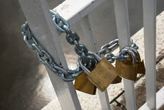 Liebesverschlüsse angekettet an die Brücke Lizenzfreies Stockbild